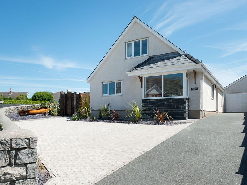 Gorwelion Glas -  a 4 bed detached house that sleeps 8 guests  in 4 bedrooms, holiday rental in Rhosneigr