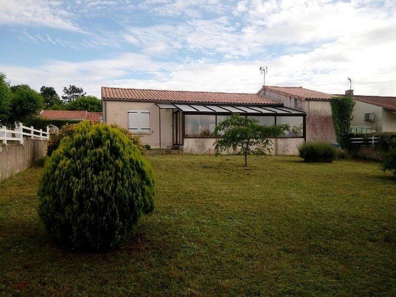 Pavillon plain pied, deux chambres, véranda, garage sur parcelle de 500 m2., holiday rental in Venerand
