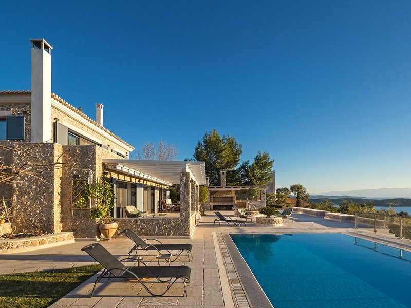 Secluded, Gorgeous villa with private pool and tennis court, holiday rental in Kilada