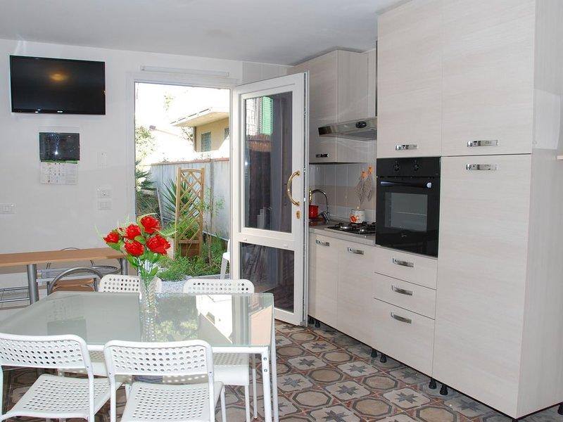 Tra Viareggio e Forte dei Marmi a 50 mt dal mare,  nel centro del paese, holiday rental in Lido Di Camaiore