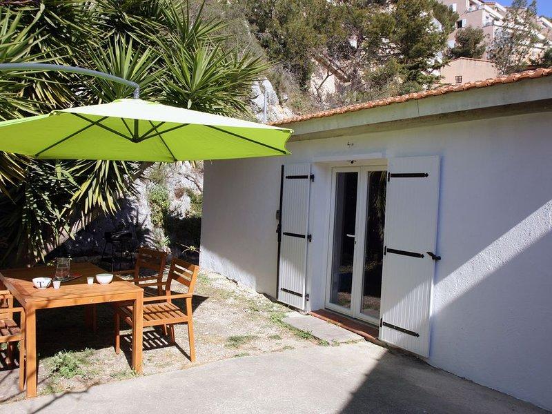 Cabanon entièrement rénové et son jardin, à 400 mètres de la plage, holiday rental in Carry-le-Rouet