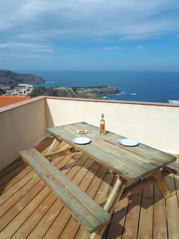 Het terras met uitzicht op zee