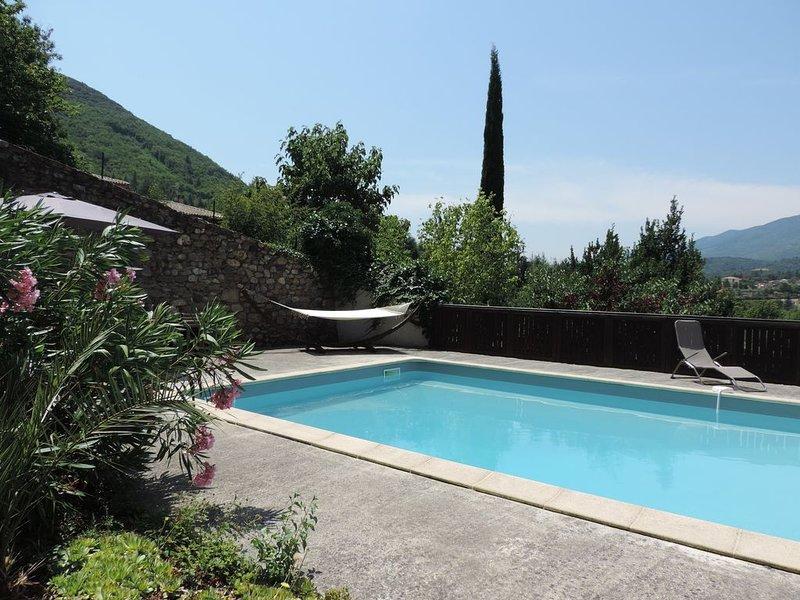 Charmante maison de vacances avec grande piscine, nichée dans un jardin arboré., holiday rental in Vieussan