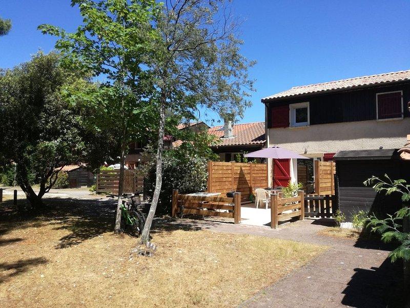 Maison rénovée avec vue sur le golf + 2 vélos à disposition, holiday rental in Lacanau