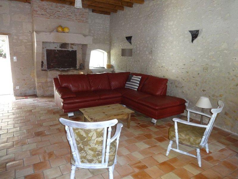Authentique maison charentaise avec terrasse, 7 personnes, holiday rental in Saint Romain sur Gironde
