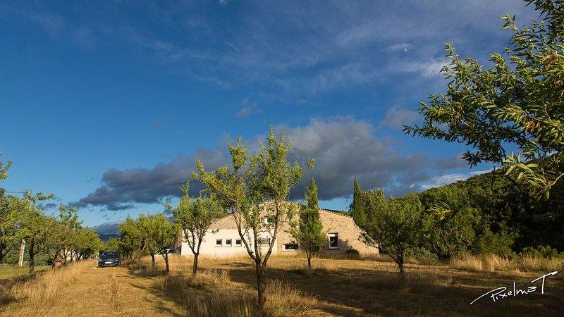 Les Amandiers, maison contemporaine et roulotte en Drôme Provençale, vacation rental in Saint-Andre-de-Rosans