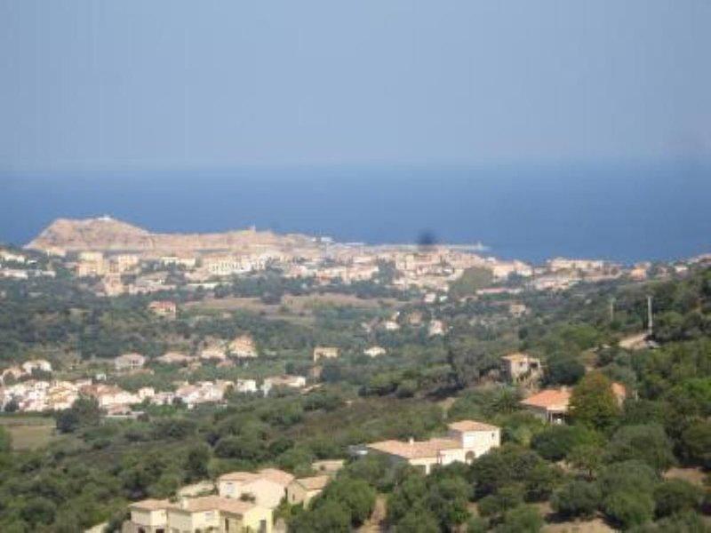 Appartement T2 renové avec grande terrasse et pleine vue sur ile rousse, casa vacanza a Sant'Antonino