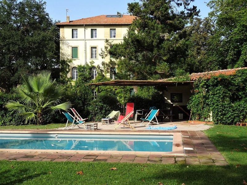 Château dans magnifique parc arboré avec piscine, holiday rental in Millas