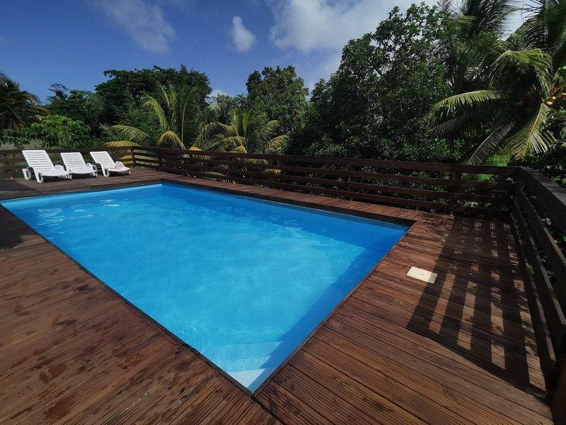 T2 Vanilla: confort, piscine spacieuse, coin vert, location de vacances à Petit-Bourg