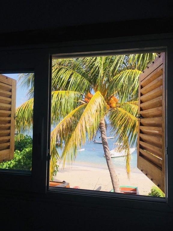 La vista de la habitación junto al mar