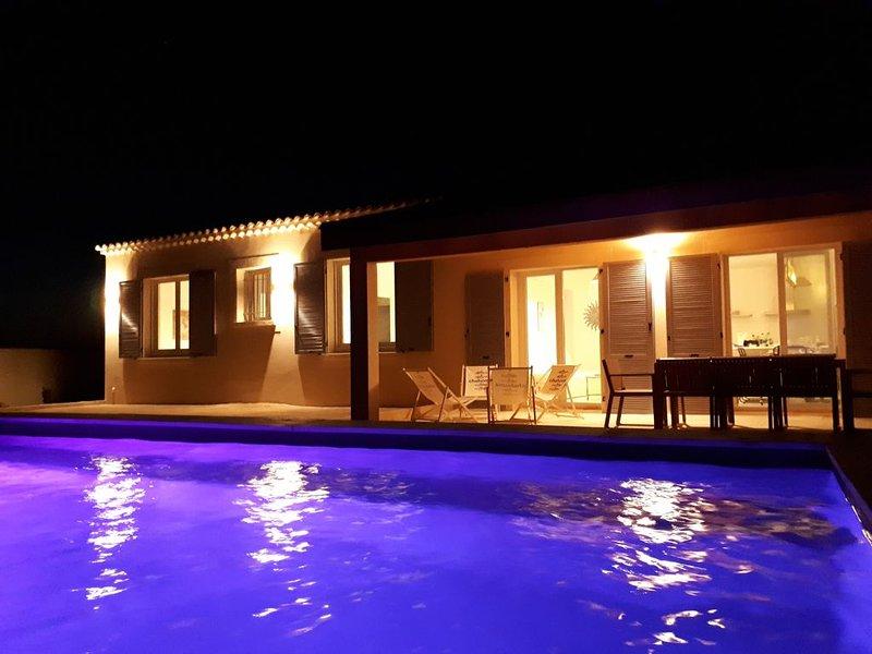 Villa classée 3 *** privatisée avec piscine au coeur du lubéron, holiday rental in Taillades