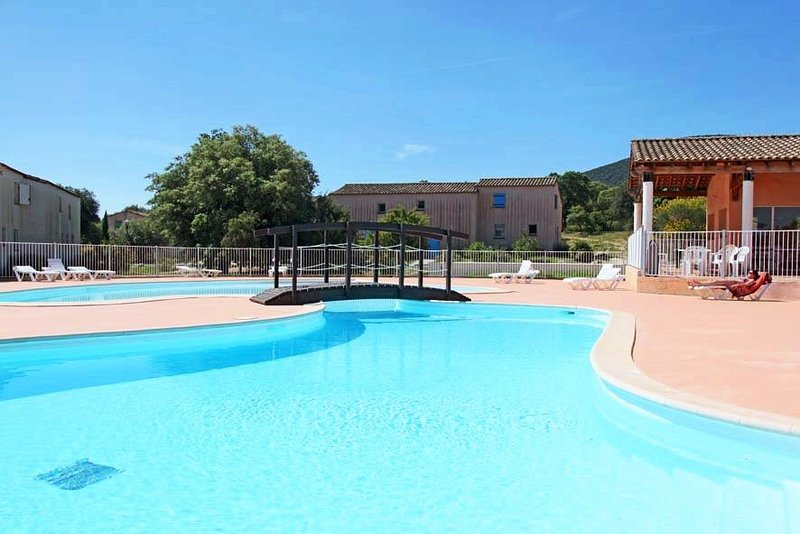 Maisonette de Charme 8 personnes + Terrasse privée, accès 2 piscines, aluguéis de temporada em Logrian-Florian
