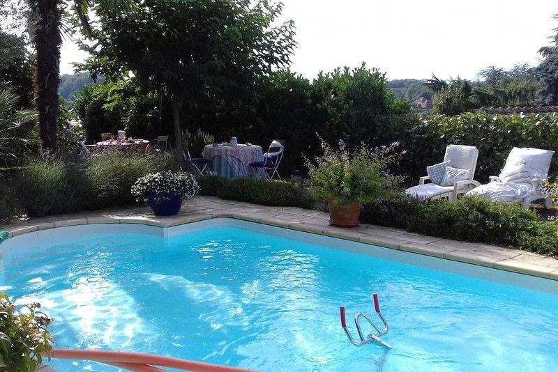 Bienvenue dans notre maison avec piscine exposée au Sud face aux Pyrénées., holiday rental in Tarbes
