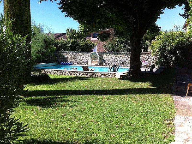Charmante maison de village au coeur du Luberon, jardin, piscine, aluguéis de temporada em Saint-Saturnin-les-Apt