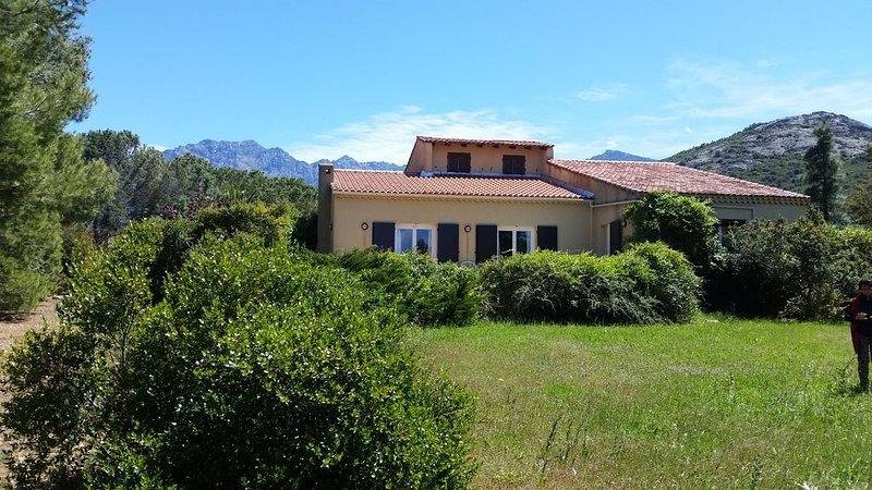 Grande maison familiale de 120m2, jardin, vue mer, proche Calvi, holiday rental in Calenzana