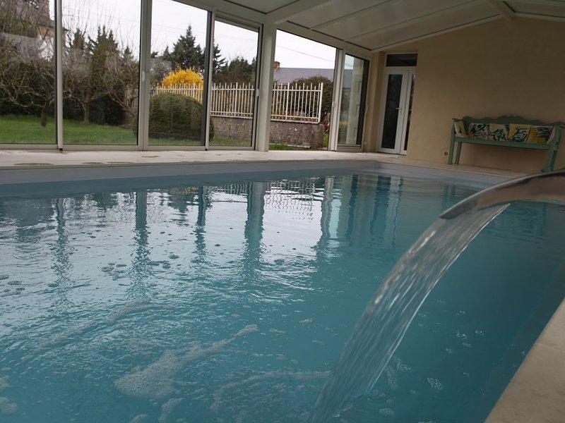 Maison de campagne au calme, piscine intérieure chauffée toute l'année., holiday rental in Saint-Pierre-de-Semilly