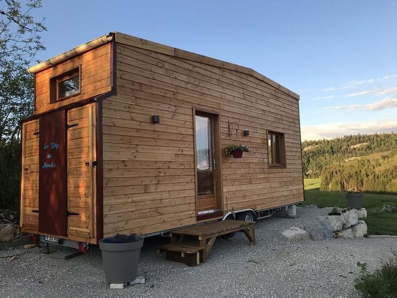 Tiny house au milieu du Parc naturel du Haut Jura, holiday rental in Blye