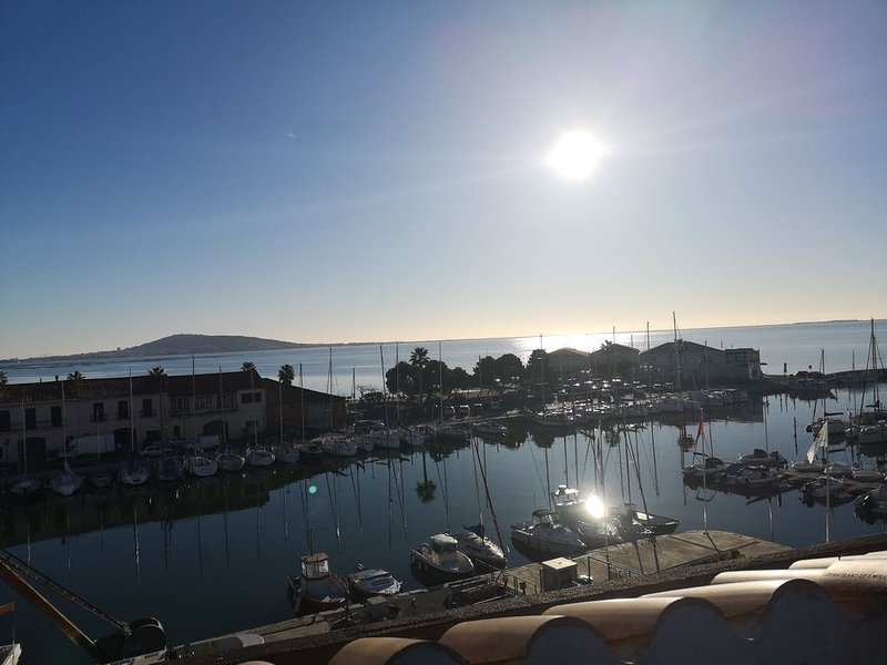 Pépite sur le toit de Meze, une vue splendide sur la mer, vacation rental in Meze