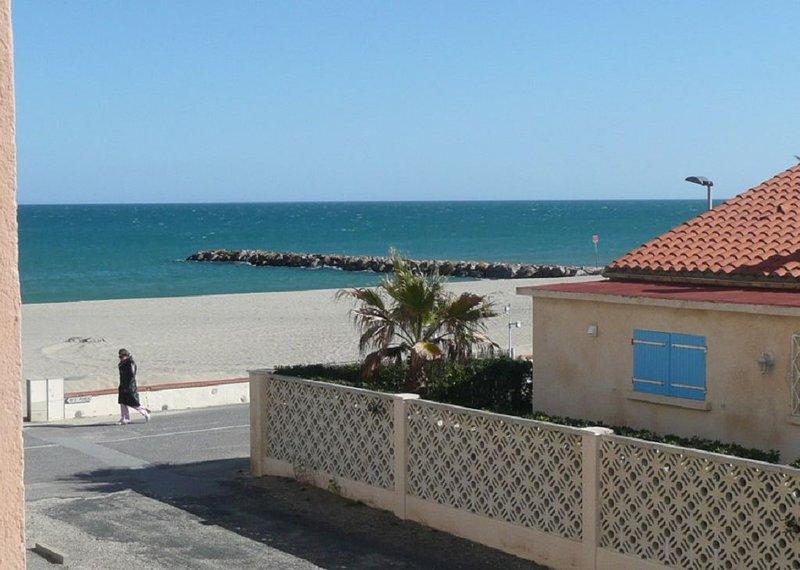 JOLI T2 , MAGNIFIQUE VUE MER ET MONTAGNE , PLAGE CENTRALE, WIFI , CLIMATISE, location de vacances à Saint-Cyprien