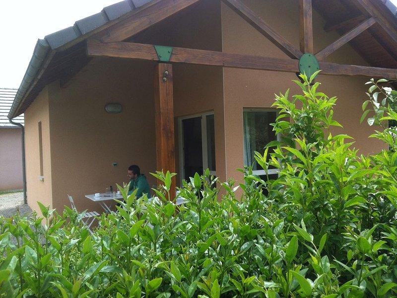 Gîtes 6 personnes de 37 m² dont 7 m² de terrasse couverte avec piscine, alquiler vacacional en Sainte-Eulalie-d'Olt