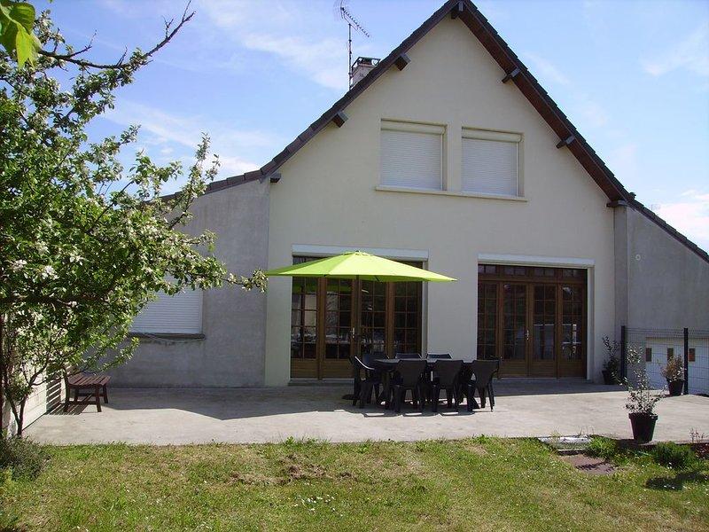 Maison lumineuse sur grand jardin clos dans une impasse, holiday rental in Regneville-sur-Mer