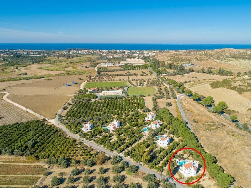 Vista aérea mostrando a localização da Villa Charoula Ena e vista para o mar