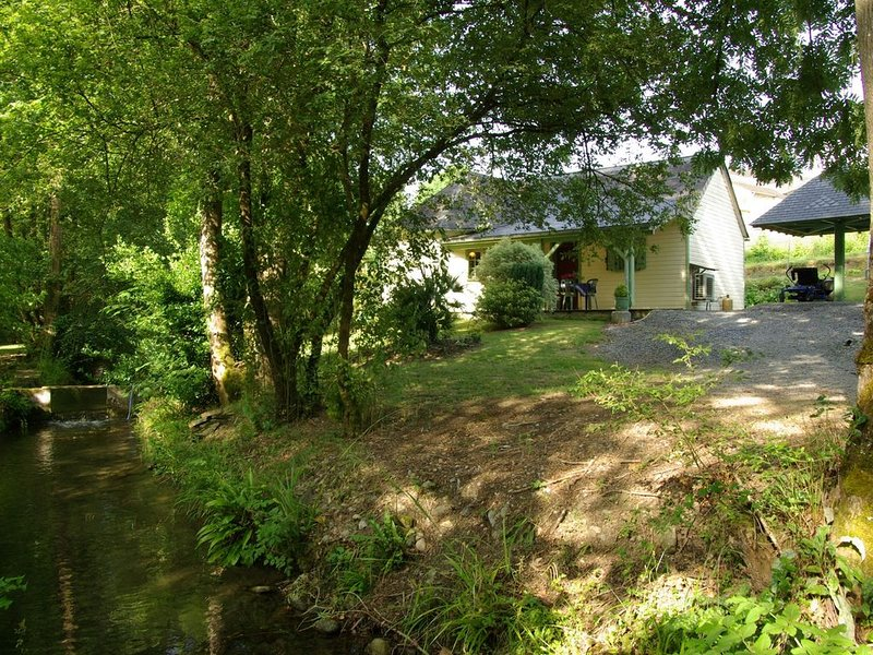 Le Moulin d'Eysus : Le chalet du Bief***. 5 à 7 couchages. 2 chambres, holiday rental in Eysus