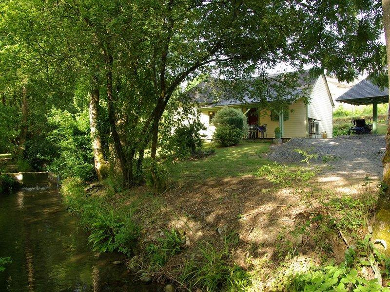 Le Moulin d'Eysus : Le chalet du Bief***. 5 à 7 couchages. 2 chambres, casa vacanza a Herrere
