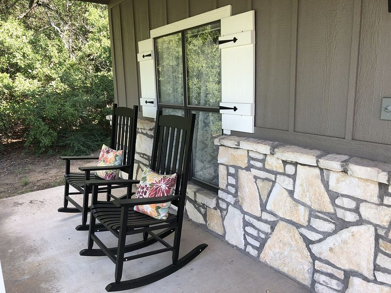 Red Bud Cottage - A peaceful getaway in the country yet close to the city, location de vacances à Weatherford