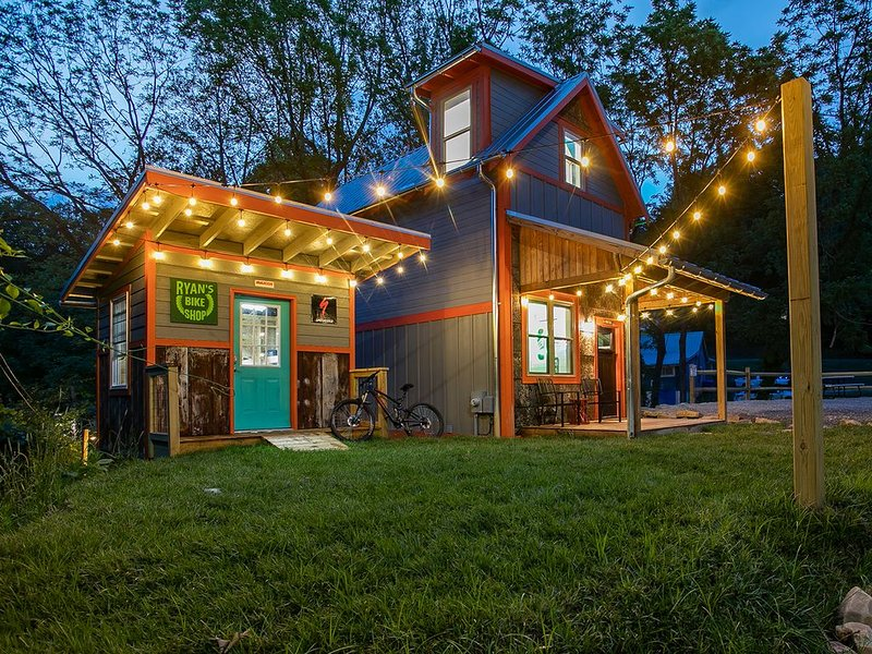 Ultimate Mountain Bikers Dream, walking distance to downtown Brevard, holiday rental in Balsam Grove