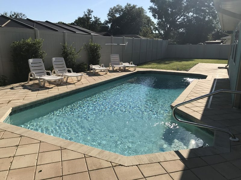 Idyllic spacious 3 Bedroom / 2 Bath pool home w/ Lake view, holiday rental in Bradenton
