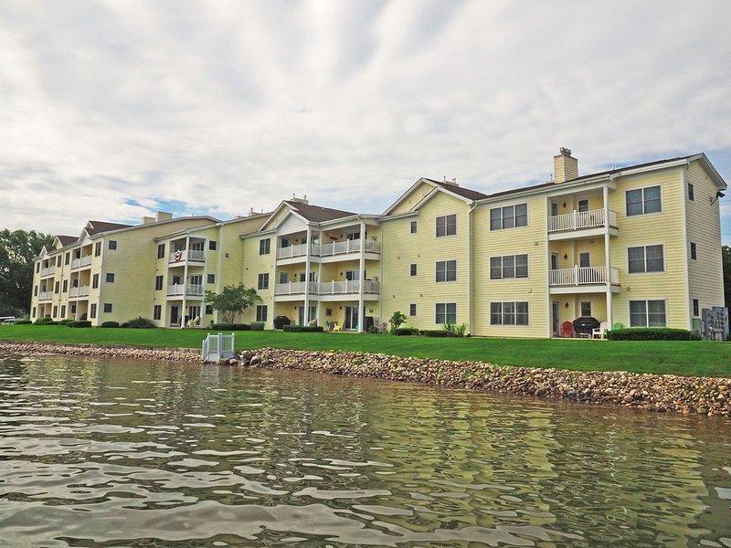 South Shore Haven - Lake Charlevoix  Waterfront Condo, casa vacanza a East Jordan