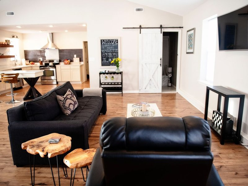 The Maple Haus -Everything you're looking for!, holiday rental in Rogers