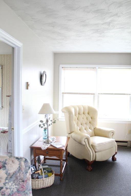 Canto de leitura com cadeira de couro reclinável