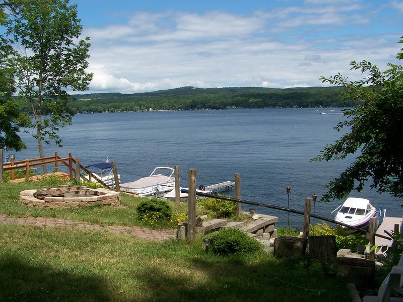 Waterfront House on Honeoye Lake, location de vacances à Webster Crossing