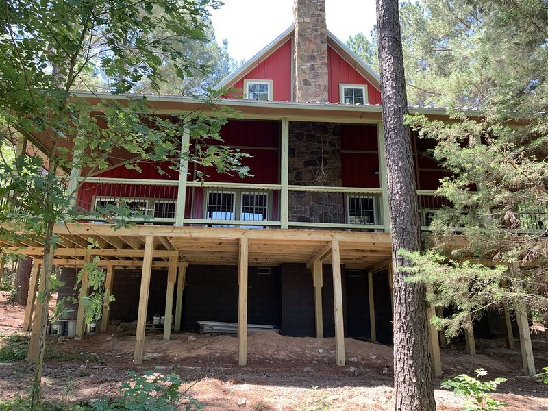 Moondance Lodge: Beautiful Cabin Surrounded by Towering Pines w/Huge Deck!, aluguéis de temporada em Broken Bow