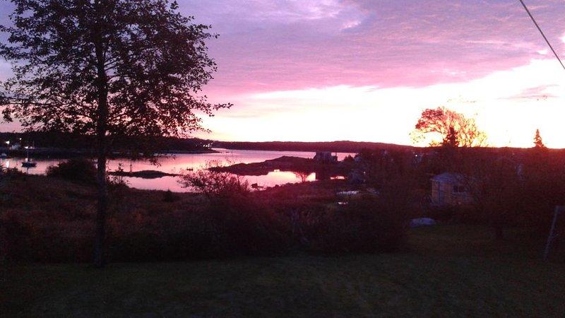 Sambro Charming 2 Bedroom Oceanfront House - Stunning Views! Beautiful Sunsets, casa vacanza a Sambro