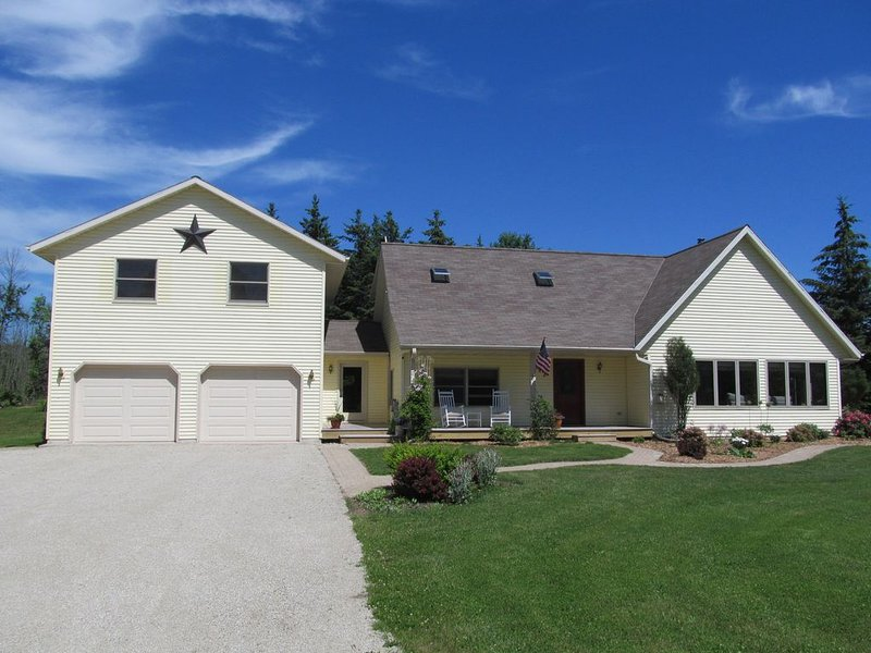 Great Getaway with Lots of Comfort and Charm!  No Children!, holiday rental in Sturgeon Bay