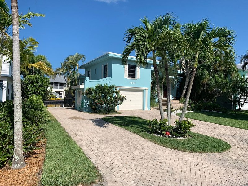 Adorable canal front cottage close to beach with boat ramp, dock & heated pool., holiday rental in Naples Park