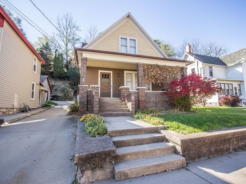 New Listing! Charming home two blocks from Galena Main St, holiday rental in Galena