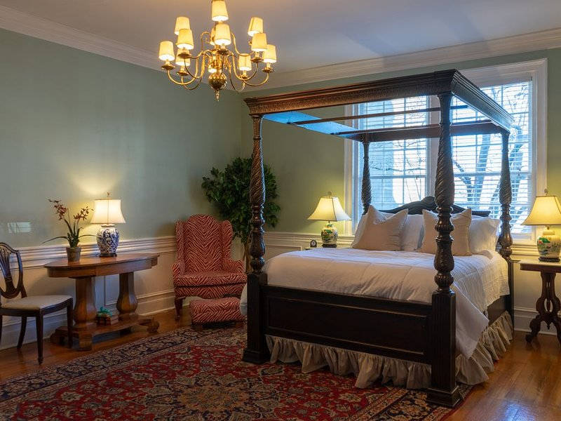 Luxurious Suite w/Garden on Court Square Downtown, holiday rental in Springfield