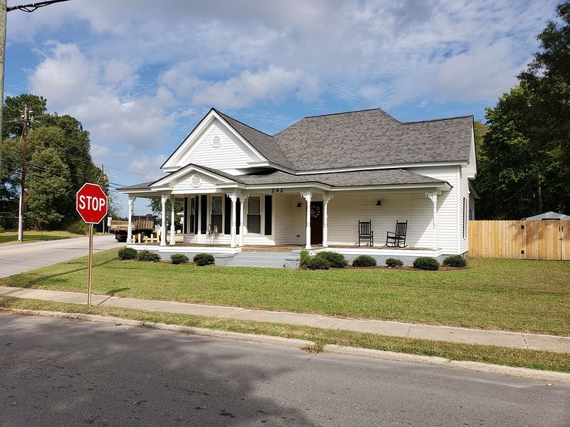 Cottage on the Boulevard (3 Bds, 6-8 ppl), holiday rental in Rolesville