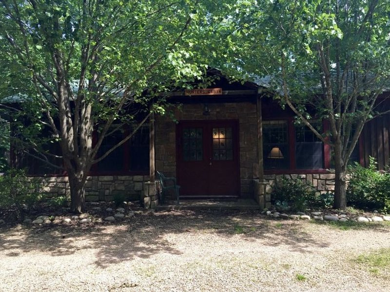 Domestic Tranquility Cabins- Hunter's Cabin, vacation rental in Eagle Rock