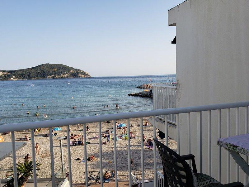 Vue magnifique de la Mer, Cote d'Azur de votre balcon +wifi, holiday rental in Saint-Cyr-sur-Mer