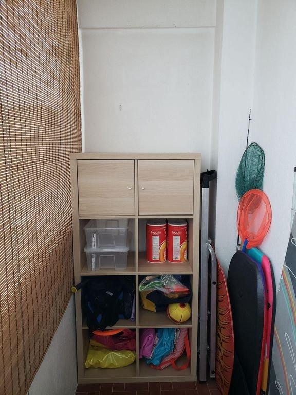 Loggia avec nouveau meuble de storage, équipements plage