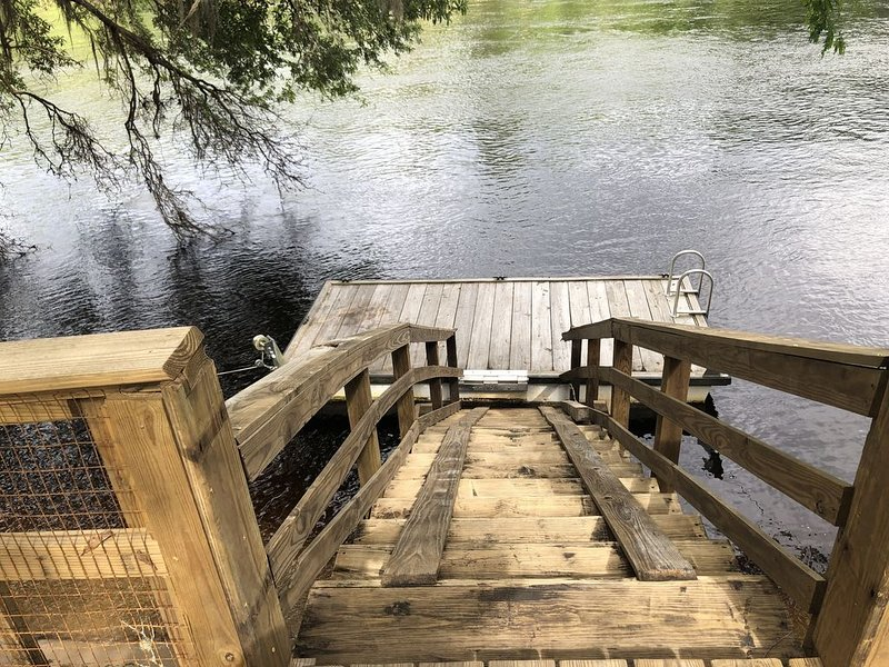 Suwannee River Front Vacation Home Boating, fishing, springs, and more., vacation rental in Branford