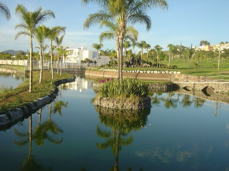 Charming, lovely and exquisite. Stunning view of lake. private jacuzzi, vacation rental in Queretaro City