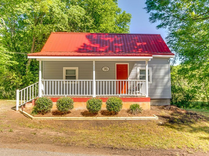 Swamp Rabbit Red Roof- Walk to Downtown Greenville, holiday rental in Marietta