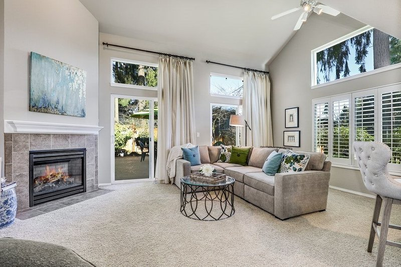 Gorgeous Townhome in Kirkland Highlands--Minutes to the Waterfront!, location de vacances à Bothell