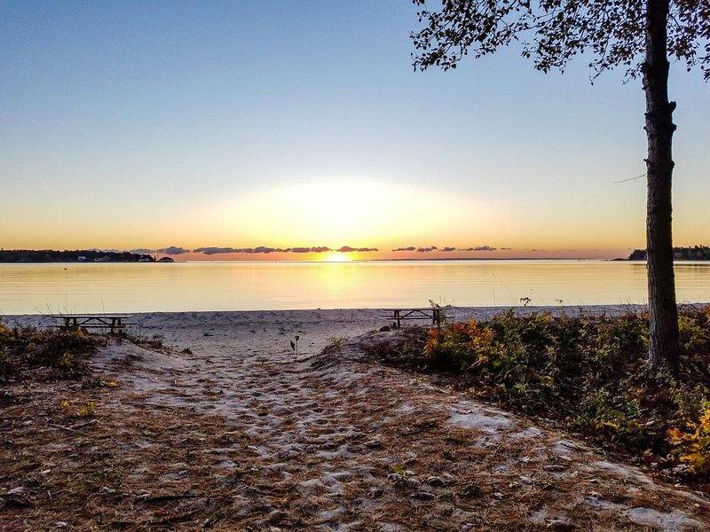 Beaver Harbor Condo Unit #5 with semi-private beachfront access, alquiler de vacaciones en Beaver Island